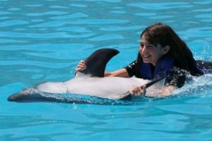 Делфин играе с дете